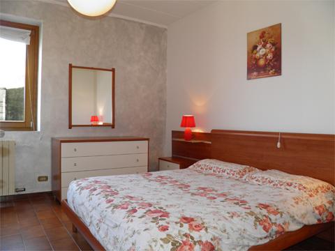 Bilder Rustico Alan__40_Doppelbett-Schlafzimmer in Comer See Lombardei