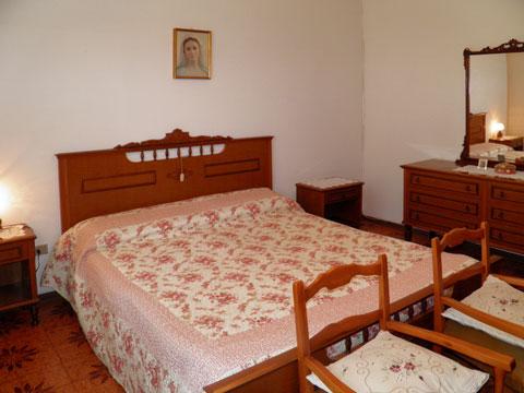 Bilder Rustico Dalida_Secondo_Gravedona_40_Doppelbett-Schlafzimmer in Comer See Lombardei