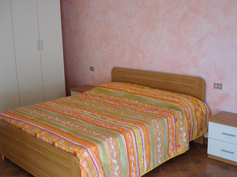 Bilder Rustico Comer See Paula_Gravedona_40_Doppelbett-Schlafzimmer in Lombardei