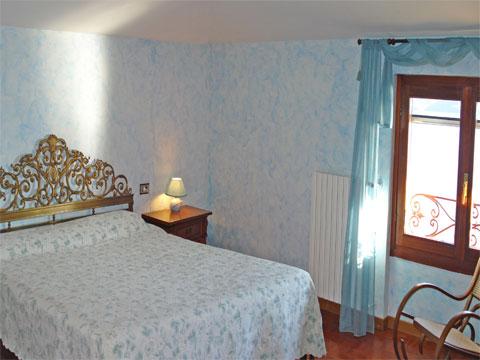 Bilder Ferienhaus Sostra_Domaso_40_Doppelbett-Schlafzimmer in Comer See Lombardei