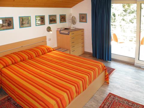 Bilder von Comer See Ferienhaus Alle_Torri_Colico_40_Doppelbett-Schlafzimmer