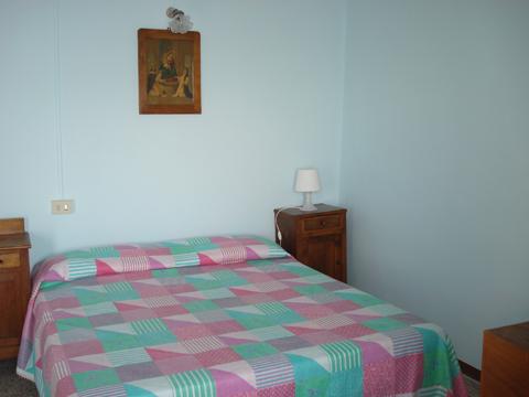Bilder von Comer See Ferienhaus Dina_Rezzonico_40_Doppelbett-Schlafzimmer