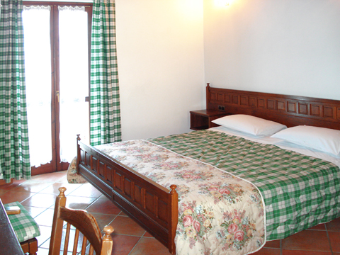 Bilder Agriturismo Hotel B&B Giacomino_Typ_1_Sorico_40_Doppelbett-Schlafzimmer Comomeer / Lombardy