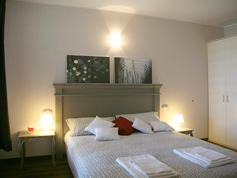 Bilder von Comer See Ferienwohnung Giglio_Giallo_Gravedona_40_Doppelbett-Schlafzimmer