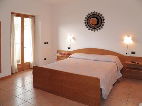 Bilder von Comer See Ferienwohnung I_Runchet_Rondine_Sorico_40_Doppelbett-Schlafzimmer