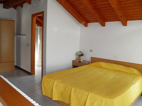 Bilder von Comer See Ferienwohnung Iris_Dongo_40_Doppelbett-Schlafzimmer