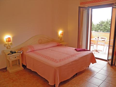 Bilder von Sardinien Nordküste Ferienresidenz Montiruju_Balcony_Santa_Maria_Coghinas_40_Doppelbett-Schlafzimmer