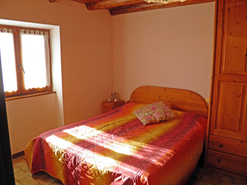 Bilder von Comer See Ferienhaus Nadia_Peglio_40_Doppelbett-Schlafzimmer