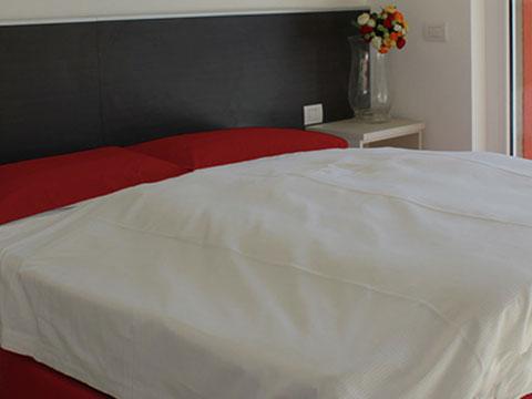 Bilder von Comer See Ferienresidenz Paradiso_Sasso_Pelo_Gravedona_40_Doppelbett-Schlafzimmer