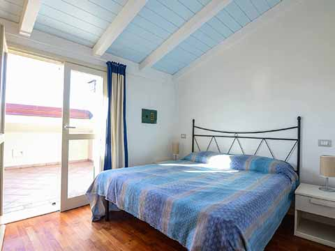 Bilder von Versilia Ferienwohnung Trilocale_con_giardino_Forte_dei_Marmi_40_Doppelbett-Schlafzimmer
