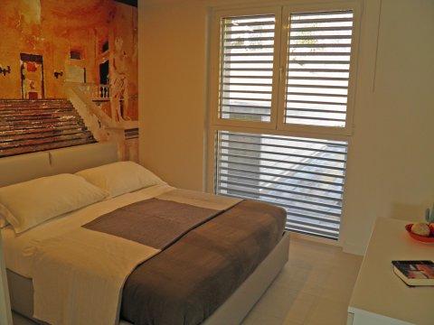 Bilder von Comer See Wellness Ferienwohnung Valarin_Firenze_Vercana_40_Doppelbett-Schlafzimmer